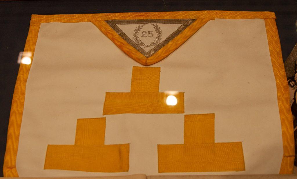 Eräässä huoneessa on vitriinissä yksityiskohta, jonka taltioimiseen ota riskin. Nappaan nopeasti kuvan kankaasta, joka osoittaa, että Illuminati on ulottanut kyntensä myös niinkin viattomalta vaikuttavaan asiaan kuin Tetris-peliin.